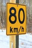 Achtzig Kilometer pro Stunde empfohlenes Zeichen Stockfotos