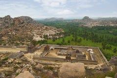 Achyuta Raya寺庙和高等妓女从Matanga小山的` s阿里埃勒视图街道 亨比,卡纳塔克邦 神圣的中心 在righ的小山 免版税图库摄影