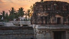 Achyutaraya-Tempel in hampi karnakata Indien bei Sonnenaufgang mit bewölktem und buntem lizenzfreie stockfotos
