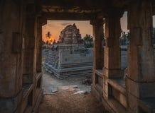 Achyutaraya-Tempel von einem Steintürbogen in hampi karnakata Indien bei Sonnenaufgang mit bewölktem lizenzfreies stockfoto