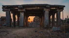 Achyutaraya-Tempelansicht von einem Türfelsen in hampi karnakata Indien bei Sonnenaufgang mit bewölktem lizenzfreie stockbilder