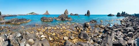 Aci Trezza Faraglioni, побережье Сицилии стоковые изображения