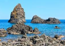 Aci Trezza Faraglioni, costa de Sicilia Foto de archivo