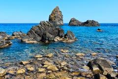 Aci Trezza Faraglioni, Sicilien kust arkivfoton