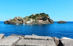 Aci Trezza Faraglioni, Sicilien kust arkivbilder