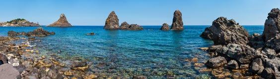 Aci Trezza Faraglioni, Sicilien kust fotografering för bildbyråer
