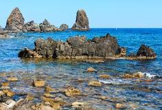 Aci Trezza Faraglioni, Sizilien-Küste Lizenzfreie Stockbilder