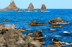 Aci Trezza Faraglioni, Sizilien-Küste Stockfotografie