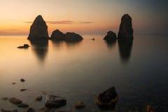 Aci Trezza, Sicilien, på soluppgång royaltyfri foto