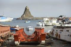 Aci Trezza Sizilien Cyclopes stapelt Felsen Lizenzfreie Stockfotografie