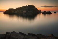 Aci Trezza, Sizilien: Lachea-Insel bei Sonnenaufgang Stockfotografie