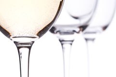 Acide carbonique d'un vin blanc dans une glace de vin photo stock
