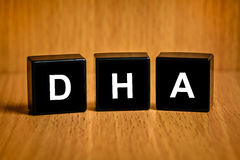 Acide de DHA ou de Docosacexaenoic sur le bloc noir Image libre de droits