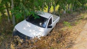 Acidente branco do camionete na rua, campo no mau imagens de stock