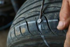 Acidente com conceito puncionado dos pneus imagem de stock royalty free