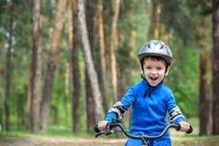 Acidente da bicicleta Caçoa o conceito da segurança Menino que transporta sua bicicleta para reparar o lugar Imagens de Stock