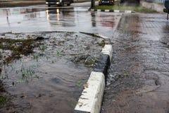 Acidente da fonte de ?gua, ?gua de esgoto De debaixo da quebra no asfalto derramou uma fonte de ?gua da ?gua de esgoto suja desco fotos de stock