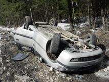 Acidente de trânsito, carro virado O acidente aconteceu no inverno em uma estrada escorregadiço fotos de stock royalty free