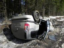 Acidente de trânsito, carro virado O acidente aconteceu no inverno em uma estrada escorregadiço fotografia de stock