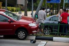Acidente de trânsito de veículo motorizado no pavimento em Singapura imagens de stock royalty free
