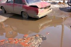 Acidente de trânsito na estrada, destruída parcialmente, Imagens de Stock