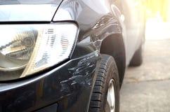 Acidente de trânsito, veículo danificado na estrada fotos de stock royalty free