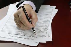 Acidente de trânsito do formulário da assinatura da mão Foto de Stock