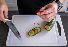 Acidente doméstico com uma faca imagens de stock royalty free