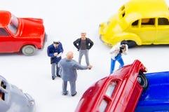 Acidente minúsculo diminuto do acidente de viação dos brinquedos danificado Acidente no r Foto de Stock