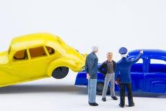 Acidente minúsculo diminuto do acidente de viação dos brinquedos danificado Acidente no r Fotografia de Stock Royalty Free