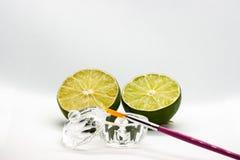 Acidi della frutta di AHA Pelatura dell'acido della frutta per il fronte, spazzola cosmetica, agrumi Sbucciatura facciale con gli immagini stock libere da diritti