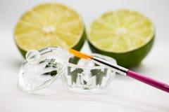 Acidi della frutta di AHA Pelatura dell'acido della frutta per il fronte, spazzola cosmetica, agrumi Sbucciatura facciale con gli fotografie stock libere da diritti