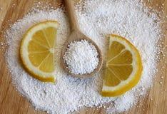 Acido citrico in cucchiaio di legno con il limone immagine stock libera da diritti