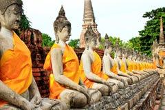 Acient buddha intorno al chedi in Ayutthaya, Tailandia Fotografie Stock Libere da Diritti
