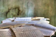 Acient-offene Bücher auf dem Tisch Lizenzfreie Stockbilder
