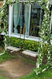 Acier d'oscillation dans un jardin Photographie stock libre de droits