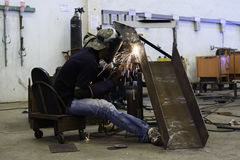Acier de port de soudure de masque de travailleur dans l'usine Images libres de droits