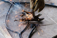 Acier de Welding Sparks de soudeuse dans l'usine Photos stock