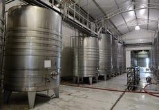 Acier inoxydable de cuves de fermentation pour le vin à l'établissement vinicole Viu Manent image stock