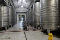 Acier inoxydable de cuves de fermentation pour le vin à l'établissement vinicole Viu Manent photographie stock