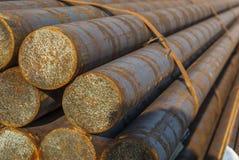 Acier, quelques barres d'acier rondes dans l'incidence en acier extérieure, métal empaqueté avec la bande en acier, foyer sélecti images libres de droits