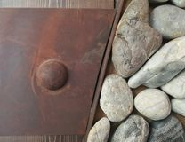 Acier rouillé avec le fond en pierre et en bois de mur Fond de nature Fond en bois de texture image stock