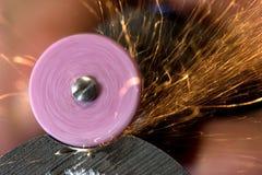 Aciers rectifiant utilisant l'outil abrasif Photo libre de droits
