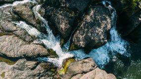 Acima da cachoeira pedras fluxo fotos de stock royalty free