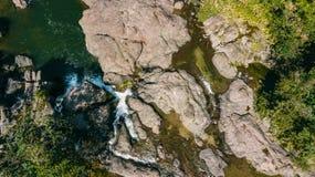 Acima da cachoeira pedras Verde imagens de stock royalty free