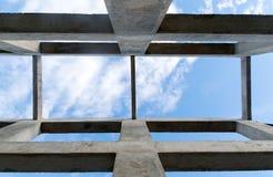 Acima da coluna da vista e da estrutura do feixe para o fundo do sumário da construção Foto de Stock