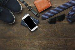 Acima da ideia dos artigos a viajar com tecnologia Foto de Stock