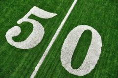 Acima da linha de jardas cinqüênta no campo de futebol americano Imagens de Stock