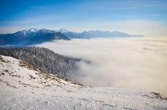 Acima da montanha Rocky Mountains British C de Swansea da inversão da nuvem Fotos de Stock Royalty Free