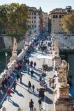 Acima da opinião os povos ande em St Angel Bridge imagens de stock royalty free